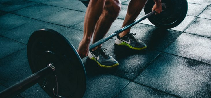 4 simple ways to avoid injury at gym while lifting weights